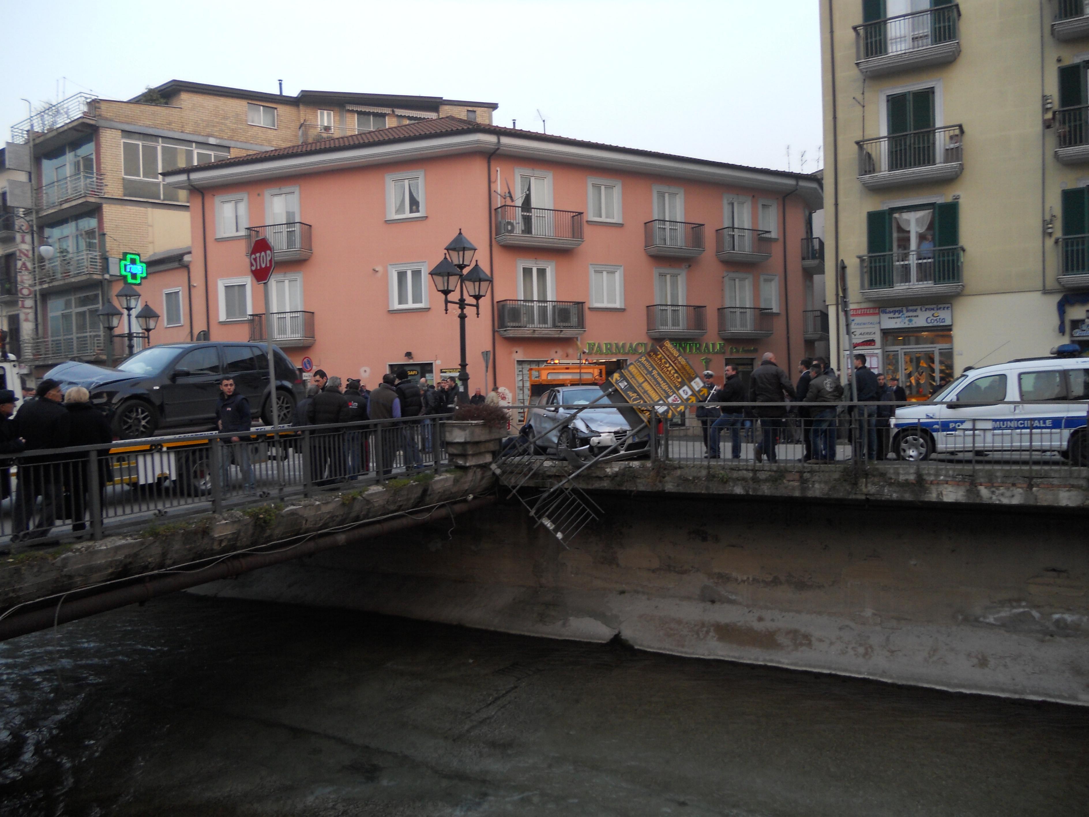 Scontro tra due auto in via fiume sfondata la ringhiera for Ponte del secondo piano