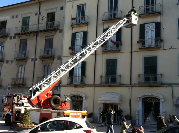 cade-intonico-in-piazza1-vigili-del-fuoco
