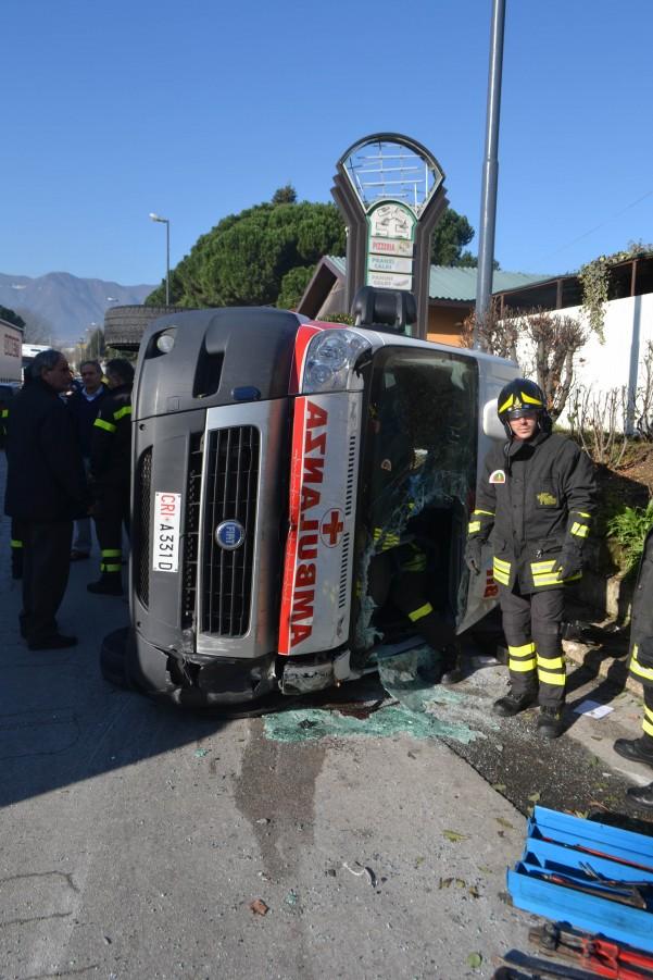 incidente-ambulanza-vigili-carabinieri-6