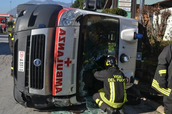 incidente-ambulanza-vigili-carabinieri-8