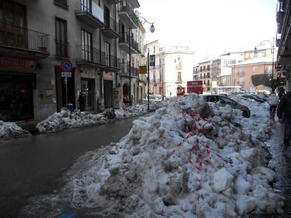 emergenza-neve-cumuli-ai-lati-della-strada
