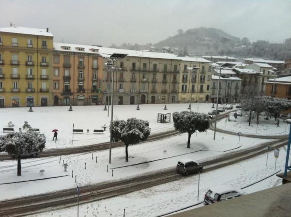 neve-in-piazza-umberto2-febbraio-2012