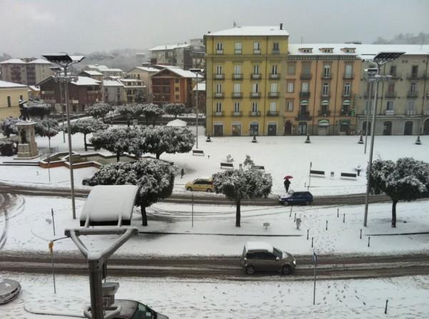 neve-in-piazza-umberto3-febbraio-2012