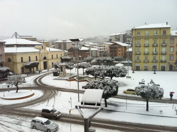neve-in-piazza-umberto4-febbraio-2012