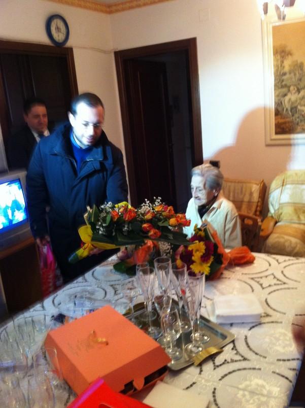 cento-anni-carmela-martino-fiori-dal-sindaco-spagnuolo