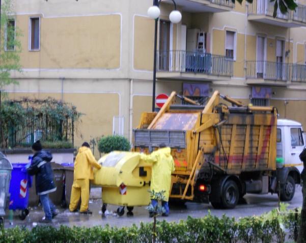 emergenza-rifiuti-raccolta-da-unazienda-privata2