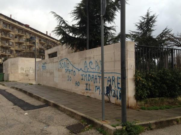 muro-imbrattato-parco-acacie-2
