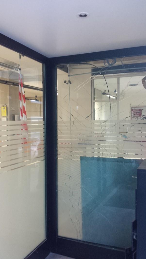furto-banco-napoli6-vetrata-distrutta