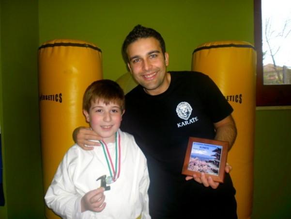 luca-nardiello-e-il-maestro-luciano-natalino-con-medaglia-e-trofeo-vinti-alla-gara-fileminimizer