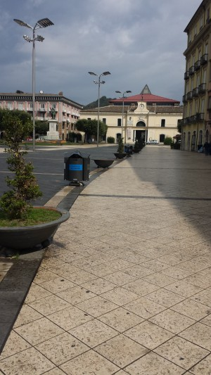 isole-ecologiche-come-barriere-in-piazza-umberto