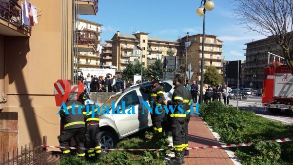 Auto in bilico su parapetto Atripalda News
