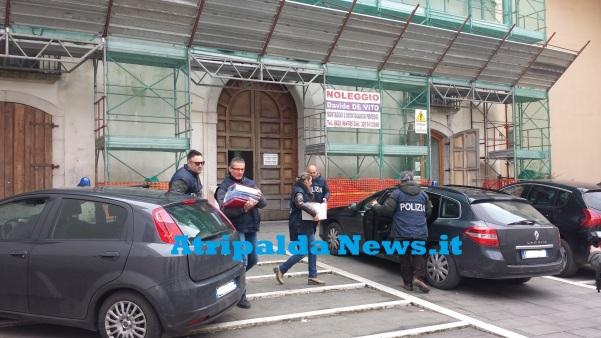 Blitz al Comune, polizia con faldoni3