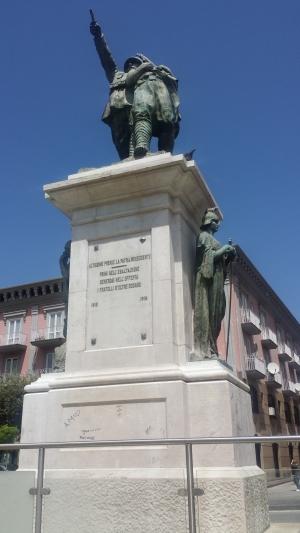 Monumento ai caduti con scritte