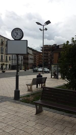 Arredo urbano, nuovo orologio in piazza Umberto