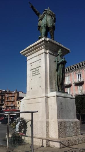 Atto vandalico al monumento ai caduti1