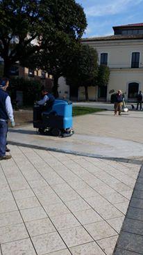 Pavimentazione sporca in piazza Umberto, il comune compra un lava-asciuga