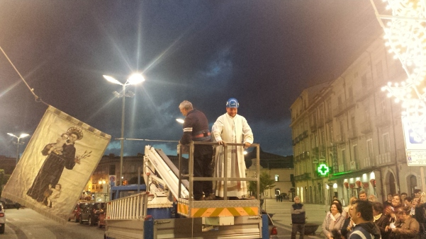 Alzata pannetto Sant'Antonio, don Fabio sulla gru1