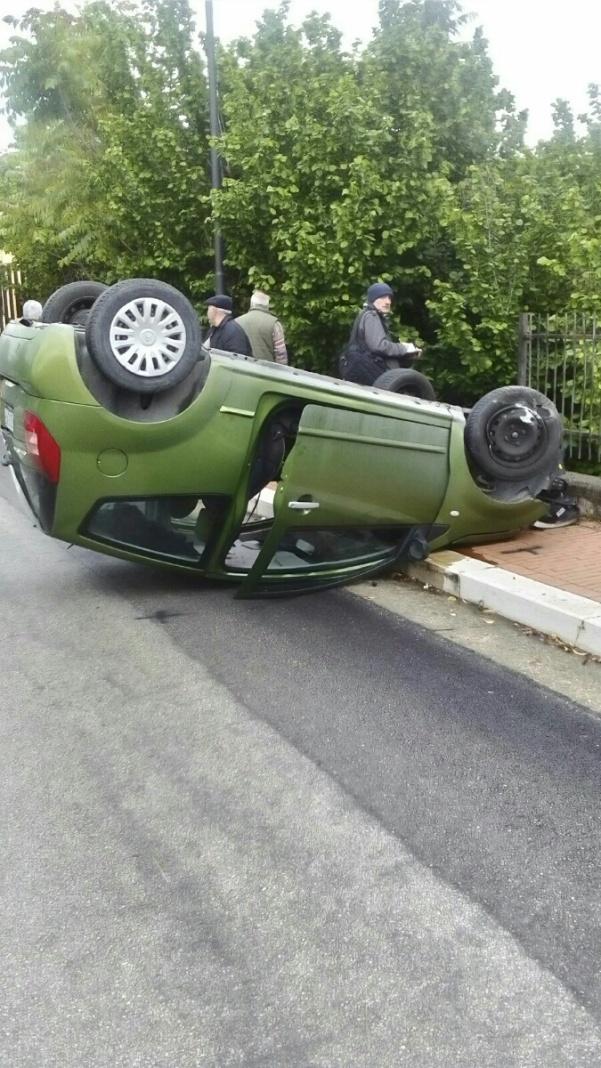 Auto si ribalta1
