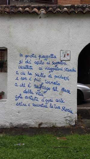 Piazzetta degli artisti, frase sul muro