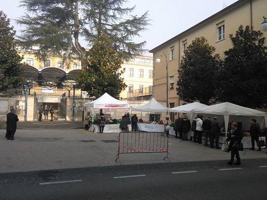 referendum-costituzionale-dinanzi-ai-seggi-in-via-roma-polemiche-per-il-mercatino