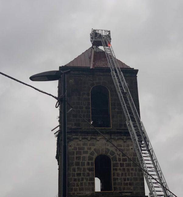 Maltempo, rimosse dai Vigili del Fuoco lamiere pericolanti dal tetto del campanile della chiesa di Santa Maria delle Grazie. Foto - Atripalda News